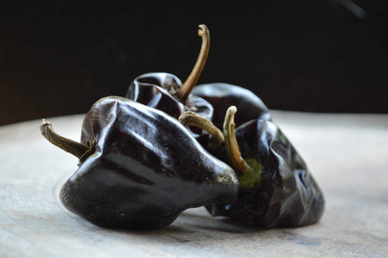 chilhuacle negro en un comal en oaxaca